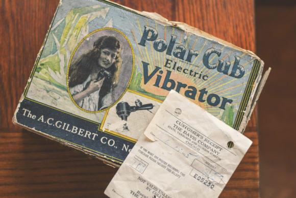 Boîte pour le vibrateur électrique Polar Cub, avec le reçu original daté du 15 juin 1925, au montant de 2,95 $.