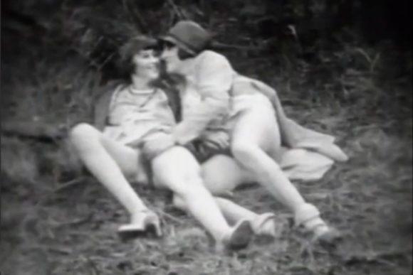 Dames des années 1920 gambadant à l'extérieur.
