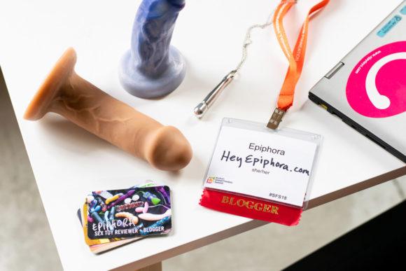 Des cartes de visite de blogueur sexuel, un badge de conférence, un collier Doxy et deux incroyables godes: Buck et Splendid.