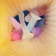 Hé, je ne sais pas ce que tu fourres dans des enveloppes à bulles, mais dans ma vie, ce sont de minuscules godes.